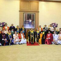 สมเด็จพระเทพรัตนราชสุดาฯสยามบรมราชกุมารี ทรงฉายพระรูปร่วมกับคณะผู้บริหารมหาวิทยาลัยนครพนม